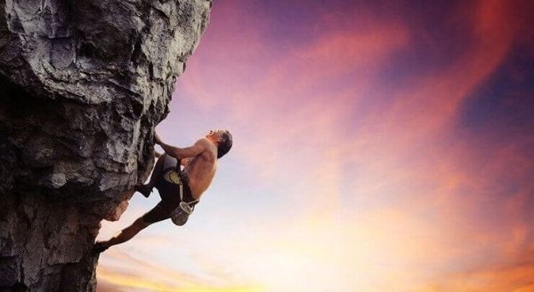 Man die een berg beklimt