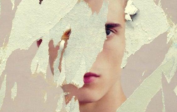 Gescheurde poster van een gezicht