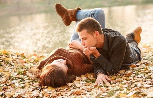 Twee mensen bij een meer die net een nieuwe relatie zijn begonnen