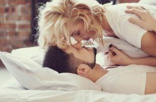 Twee mensen die knuffelen in bed