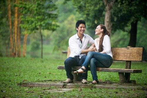 Twee mensen op een bankje die net een nieuwe relatie zijn begonnen