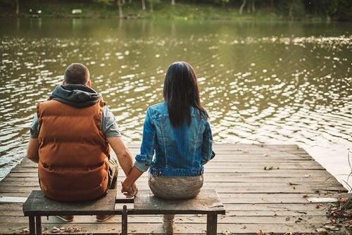 Twee mensen in een nieuwe relatie die elkaar hand vasthouden op een steiger