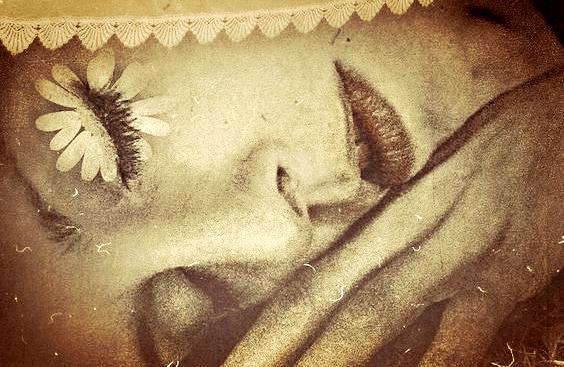 Vrouw ligt met haar ogen dicht en denkt: wat heb ik geleerd van mijn depressie