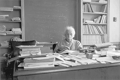 Einstein achter een rommelig bureau, een van de tekenen van intelligentie