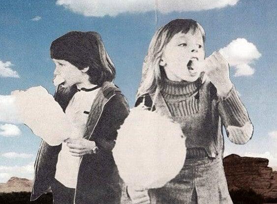 Kinderen die suikerspinnen staan te eten