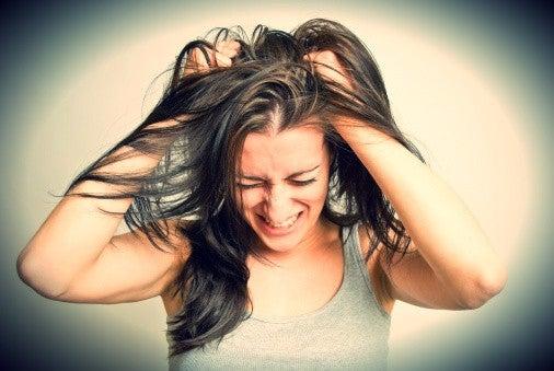 Omgaan met negatieve mensen kan soms zo frustrerend zijn dat je het liefst al je haren uit je hoofd zou trekken