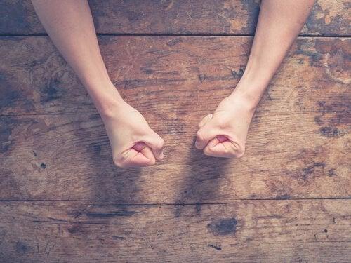 Gebalde vuisten als techniek voor het omgaan met stress