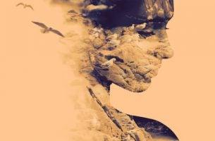 Gezicht van een vrouw dat in wolken verandert