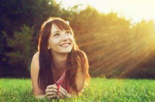 Gelukkige vrouw die weet: positief zijn is belangrijk