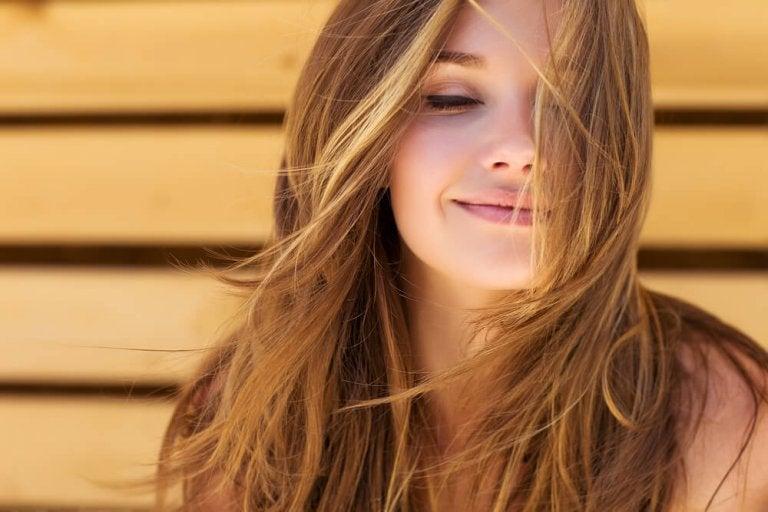 Gelukkige vrouw die weet: positief zijn is de sleutel tot geluk