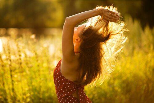 Gelukkige vrouw in een zonnig veld