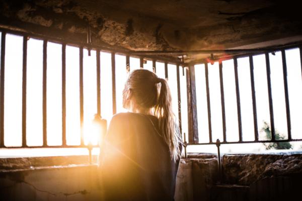 Meisje dat gevangen zit in haar eigen emoties omdat haar emoties beheersen moeilijk voor haar is