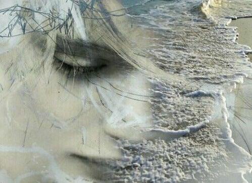 Het gezicht van een vrouw waar golven doorheen te zien zijn