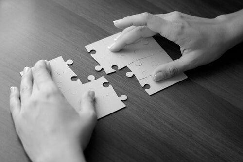 Handen met puzzel