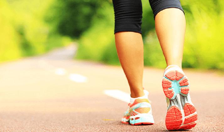 Vrouw die buiten aan het hardlopen is