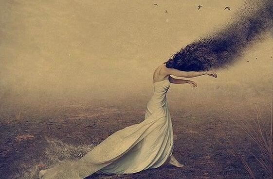 Vrouw wiens hoofd in een zwerm vliegen verandert