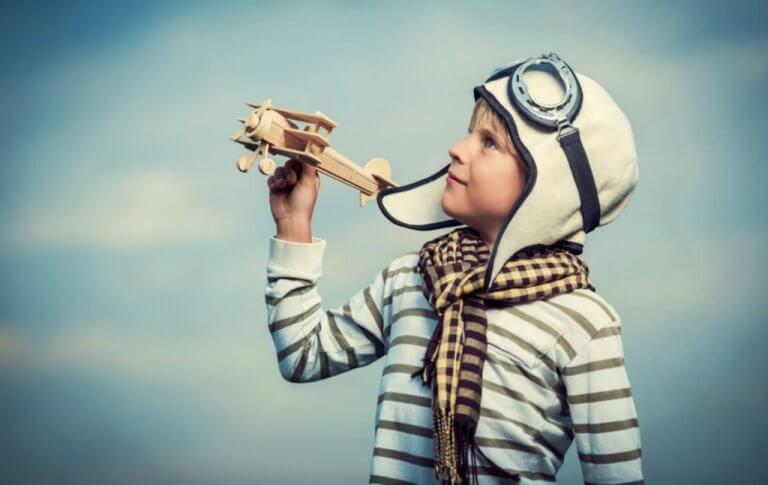 Een jongetje dat doet alsof hij een piloot is