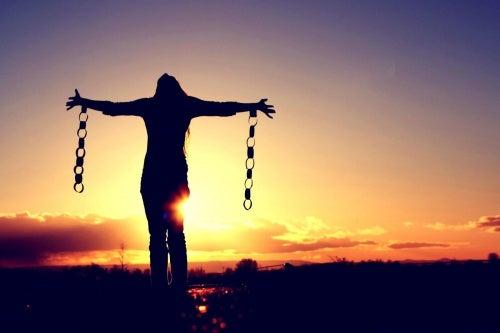 Moed is jezelf bevrijden uit de ketenen van anderen