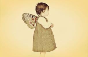 Klein meisje met vleugels