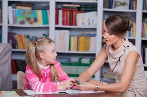 Meisje dat in gesprek is met een kinderpsycholoog