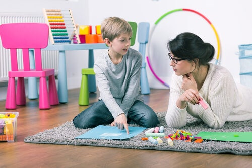 Jongetje dat speelt met een kinderpsycholoog