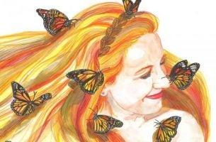 Vrolijke vrouw met vlinders in haar haar, want glimlachen en lachen geven ons veel kracht