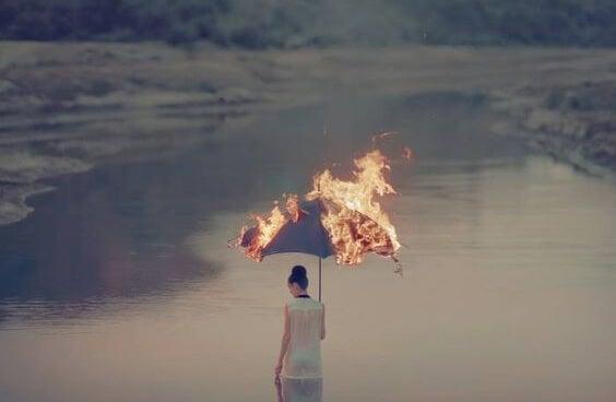 Misbruikte vrouw met brandende paraplu