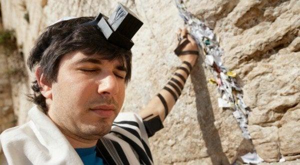 Man bij de klaagmuur van Jeruzalem