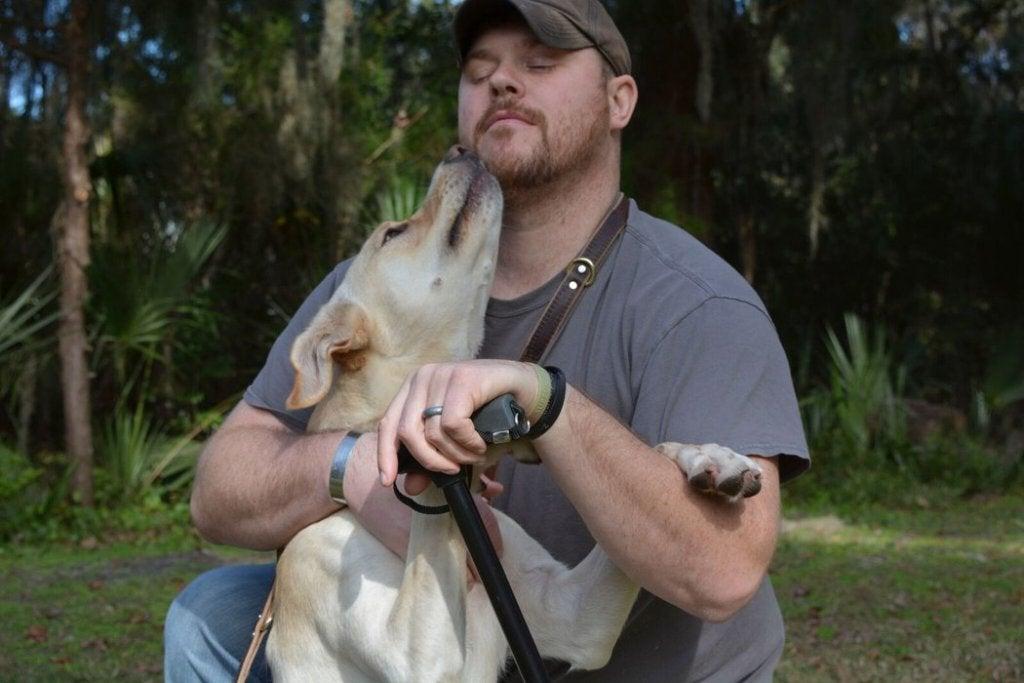 Man die geniet van de liefde van een hond door zich door hem te laten likken
