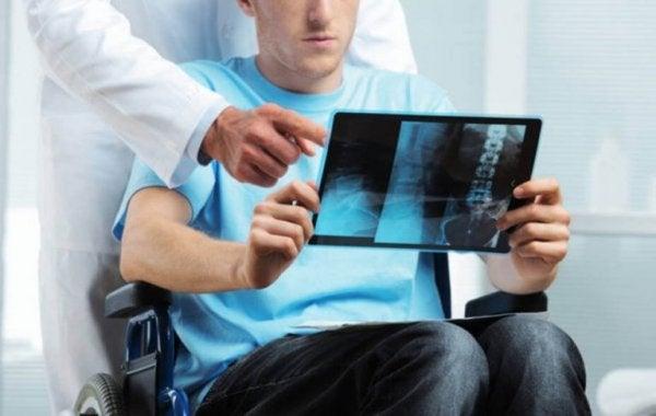 Man met multiple sclerose kijkt naar scan