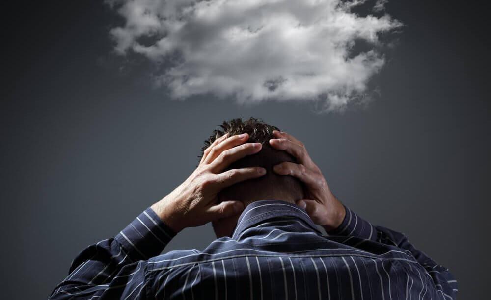 Man die moe is van mensen die verslaafd zijn aan negativiteit