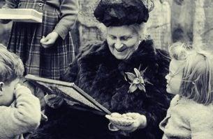 Maria Montessori omringd door kinderen