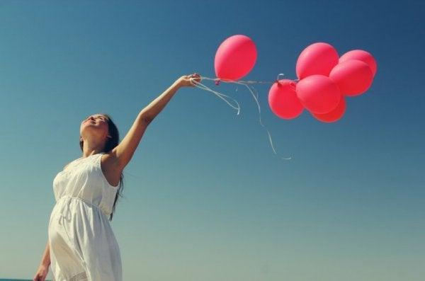 Vrouw die ballonnen loslaat, want stoppen met therapie is een ware bevrijding