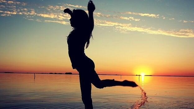 Een meisje dat danst op het strand