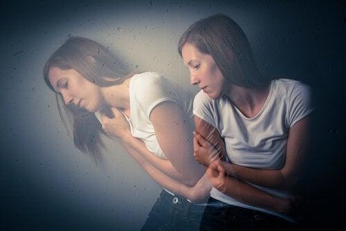 Meisje dat lijdt aan verborgen depressie en zichzelf stevig vasthoudt