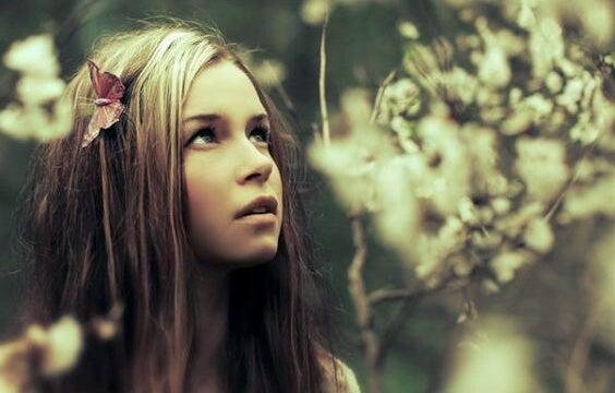 Meisje in een woud dat geniet van de stilte, want ze weet, stilte is een luxe