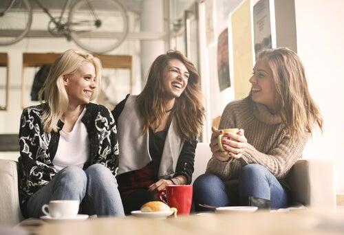 Vriendinnen aan het lachen en praten: jezelf uiten op positieve wijze verbetert je relaties