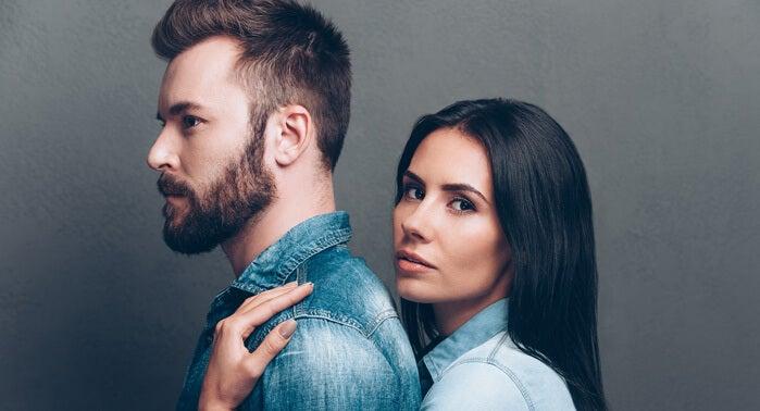 Gedragingen die op liefde lijken: vrouw knuffelt man