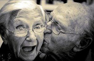 Twee mensen die gelukkig oud worden hebben waargemaakt