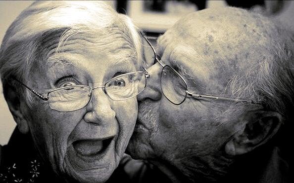Chemie van de liefde zichtbaar in een oud stel dat nog steeds verliefd is