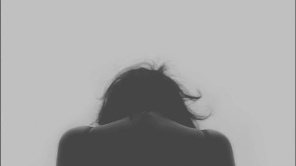 Ontmoedigde vrouw die lijdt aan chronische pijn