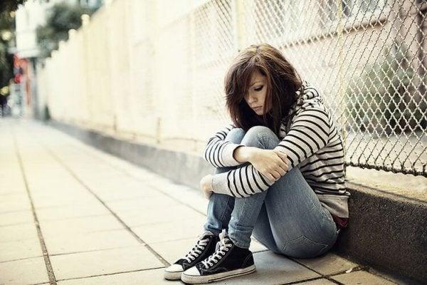 Eenzame tiener die lijdt aan een afhankelijke persoonlijkheidsstoornis