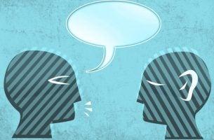 Persoon die te veel praat en zich niet bewust is dat hij een van die onwetende mensen is