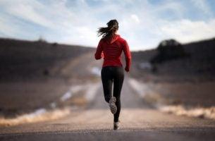Vrouw die aan het rennen is waardoor haar lichaam adrenaline aanmaakt, maar wat is adrenaline?