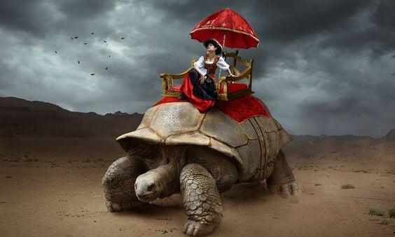 Vrouw die op een schildpad rijdt