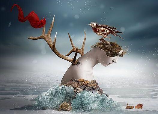Vrouw die vastzit in ijs en uit haar rug groeit een gewei en op haar hoofd zit een vogel