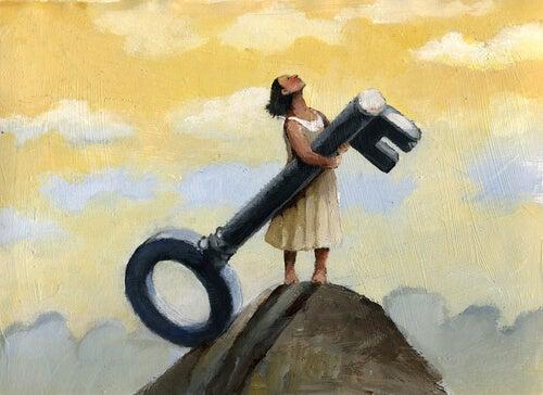 Vrouw die met een sleutel op de top van een berg staat, een punt dat ze heeft bereikt na veel zelfreflectie