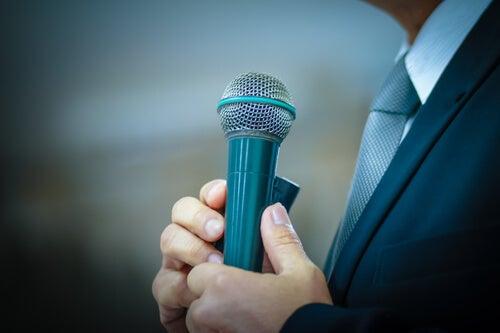 Man die op het punt staat te spreken in het openbaar