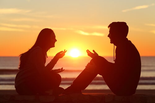 Een stel voert een positief gesprek bij zonsondergang