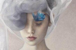 Grijzig meisje met een blauwe vlinder